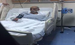 علي بن حمدان العلياني يرقد على السرير الأبيض